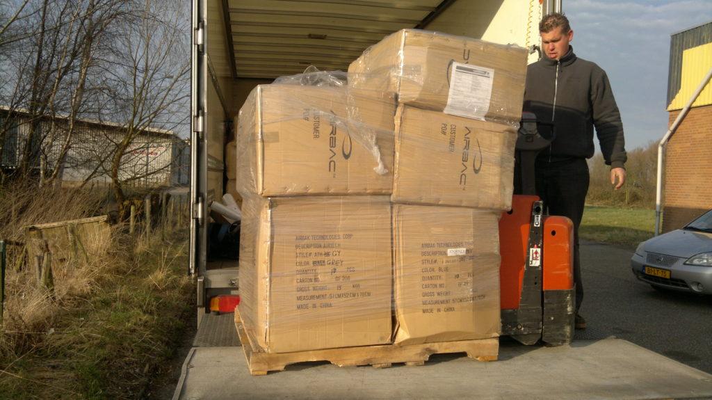 Pallets vol met Airbac rugzakken